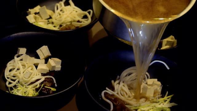 kocken häller köttbuljong och förbereda misosoppa i koreansk restaurang - misosås bildbanksvideor och videomaterial från bakom kulisserna