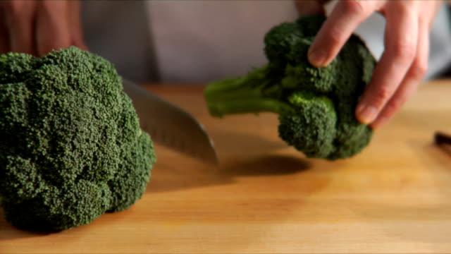 chef prepara broccoli - crucifere brassicali video stock e b–roll