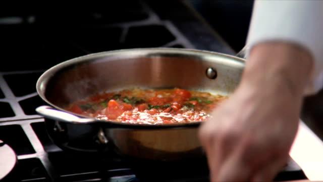 vídeos y material grabado en eventos de stock de chef prepara salsa - comida salada