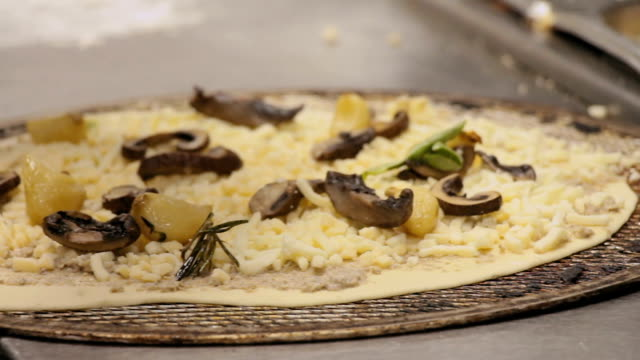 chef preparing a pizza bianca with olive spread, cheese and pieces of garlic and mushrooms - płaski chleb filmów i materiałów b-roll