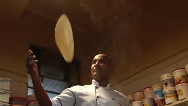 stockvideo's en b-roll-footage met chef-kok een pizza bereiden - culturen