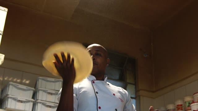 vidéos et rushes de le chef préparer une pizza - boulanger