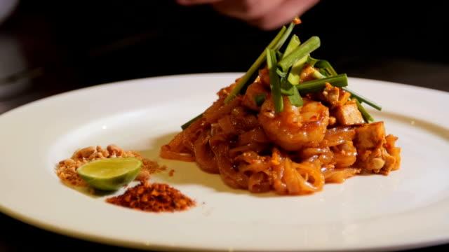 kocken förbereder böngroddar på runda pad thai maträtt. - böngrodd bildbanksvideor och videomaterial från bakom kulisserna