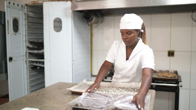 vídeos de stock, filmes e b-roll de chef preparando brigadeiros em uma cozinha comercial - brigadeiro