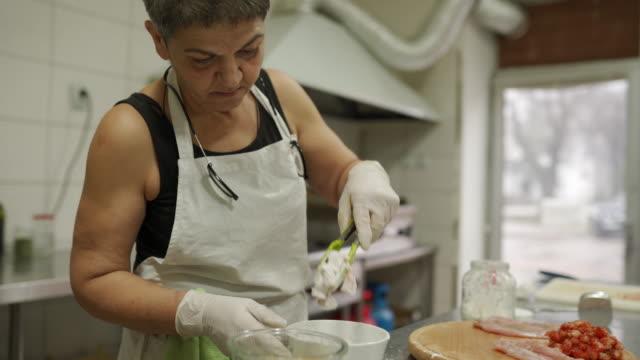 vídeos y material grabado en eventos de stock de chef preparando carne de pollo para freír en cocina comercial - cayena guindilla roja