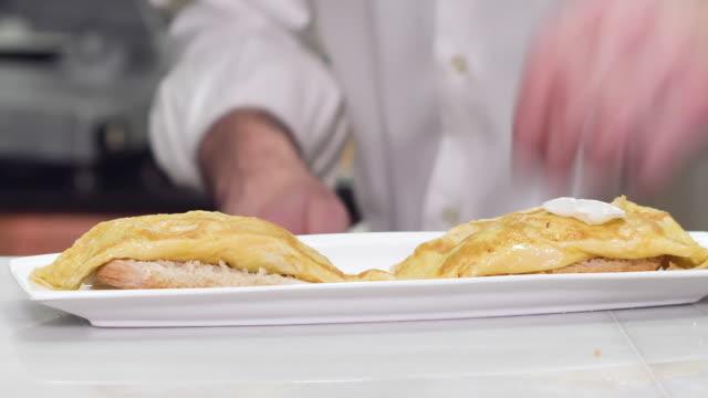 vídeos y material grabado en eventos de stock de chef preparando deliciosa comida típica española, tapa de tortilla o pintxo de tortilla. - comida española