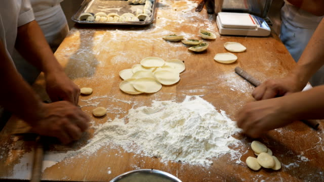 Chef prepara bolas de masa hervida en la cocina - vídeo