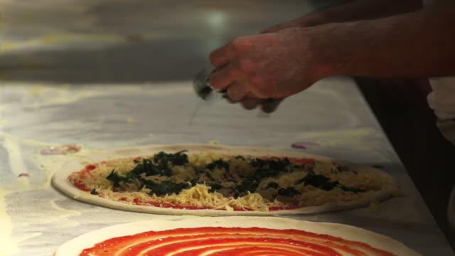 HD-professionelle Vorbereitung Pizza Nahaufnahme – Video