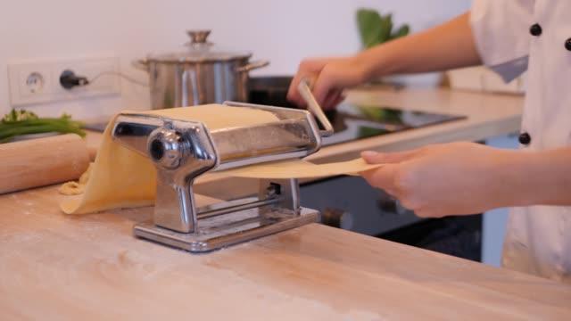 vídeos de stock e filmes b-roll de chef preparing ravioli dough, close up - ravioli