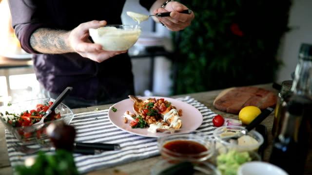 vídeos y material grabado en eventos de stock de chef sirve patatas al horno en el plato - comida gourmet