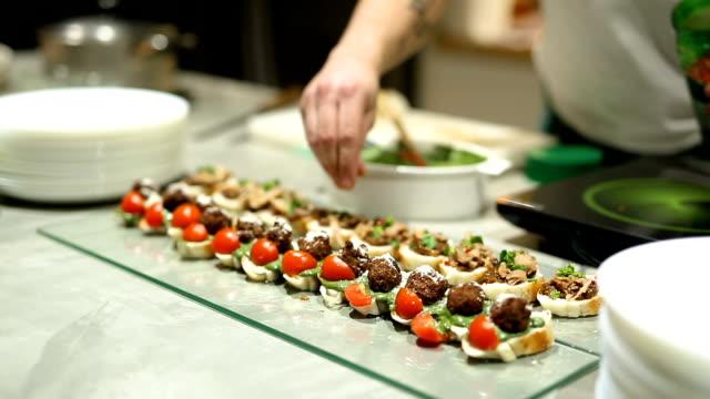 parmak gıda restoran olarak hizmet veren aşçı - ordövr stok videoları ve detay görüntü çekimi