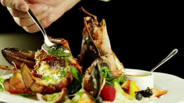 シェフのロブスター料理をお出しする高級レストラン、クローズアップます。 ビデオ