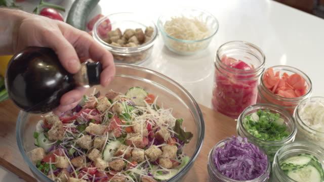 요리사 샐러드 오일과 식초의 병을 흔들어 - 식초 스톡 비디오 및 b-롤 화면
