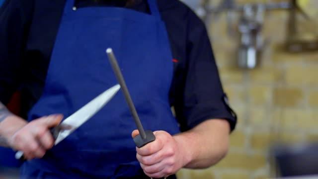 vídeos de stock, filmes e b-roll de chef afiar faca - afiado