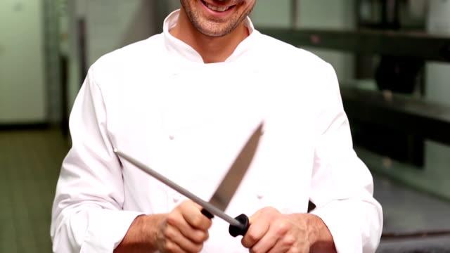 vídeos de stock, filmes e b-roll de chef nitidez uma faca. - afiado