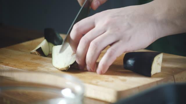 stockvideo's en b-roll-footage met chef-kok snijdt groenten op een snijplank in een restaurant. bereid eten op de keuken. gezonde voeding in gastronomische keuken. maaltijd maken. bereid voedsel om te eten. heerlijk gerecht. koken eten. - groentesoep