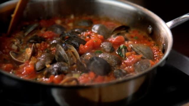 chef mescolando salsa di pasta - alliacee video stock e b–roll