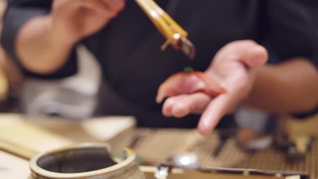 お箸を使って作り、おまげ屋さんで醤油マグロ刺身を入れます。 ビデオ