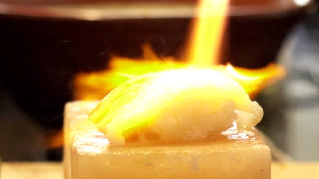 koch mit einer fackel brennen lachs sushi, japanische küche - sushi stock-videos und b-roll-filmmaterial