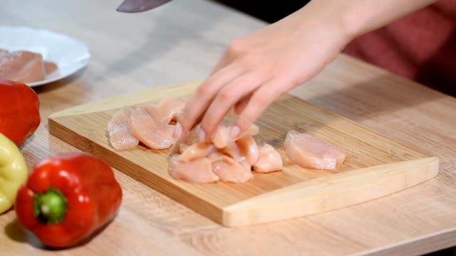 vidéos et rushes de chef femme taille poulet à la cuisine. - recette