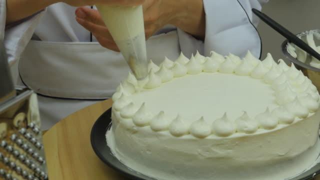 bordo dello chef crema sulla torta - ornato video stock e b–roll