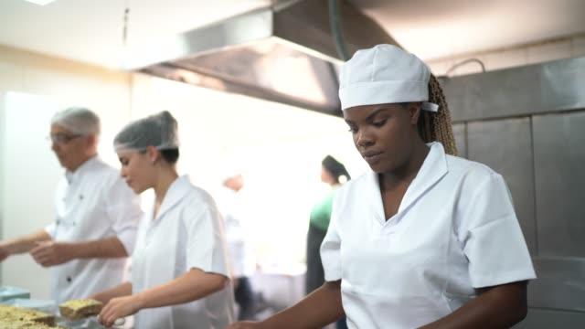 vídeos de stock, filmes e b-roll de chefs preparando sobremesas em uma cozinha comercial - brigadeiro