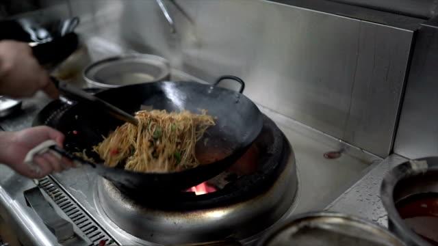 Jefe de cocina fideos chinos de arroz en la cocina - vídeo