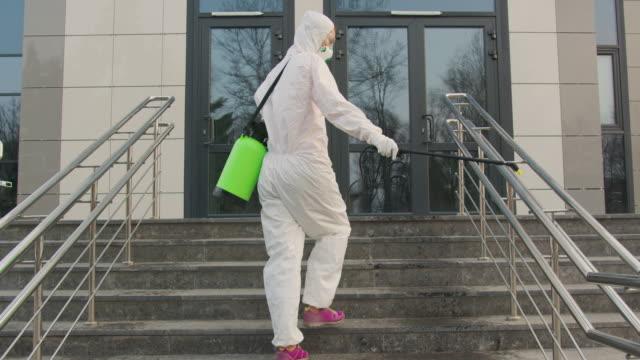 Chemische desinfectie op het oppervlak tegen coronavirus. Sanitaire maatregelen op openbare plaats tijdens quarantaine video