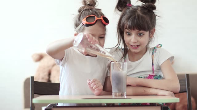 vídeos y material grabado en eventos de stock de experimento químico en el país. los niños mezclan elementos químicos y son sorprendidos por la reacción que fluye - investigación científica