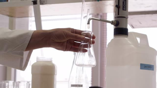 vídeos de stock e filmes b-roll de chemical experiments with milk - ordenhar