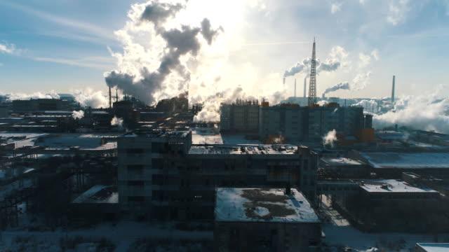 stockvideo's en b-roll-footage met chemische installaties voor de verwerking van spaanplaat en schoorsteen van een meubelfabriek - ozonlaag