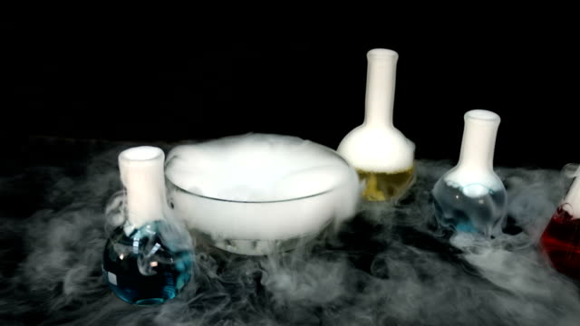 chemical reaction flasks - reagente video stock e b–roll