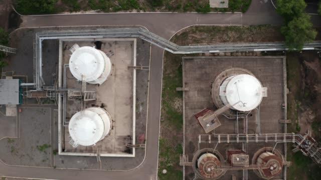 vídeos y material grabado en eventos de stock de almacenes de tanques químicos en fábrica industrial petroquímica, vista aérea desde drone - aleación