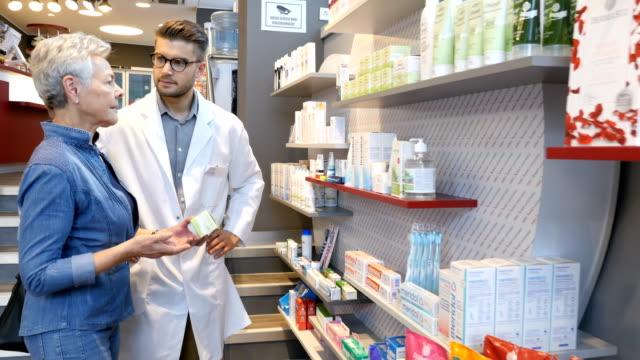 vídeos y material grabado en eventos de stock de cliente asesoramiento químico con medicina en tienda - receta instrucciones