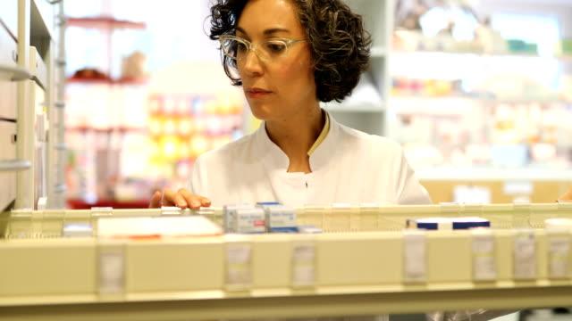 chemiker überprüfung verschreibungspflichtiges medikament in schublade - lagerraum stock-videos und b-roll-filmmaterial