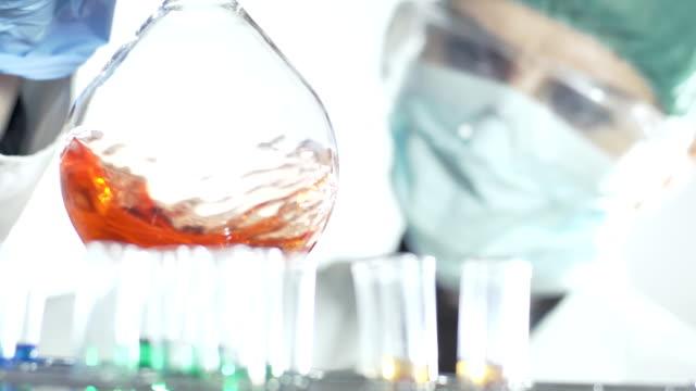 HD DE ENVOLTURA DE: Químico una solución de mezcla - vídeo