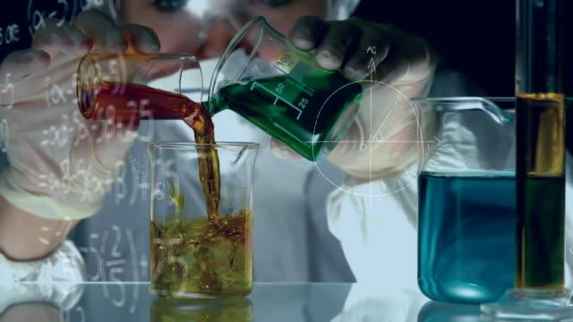 chimico che mescola sostanze chimiche - sostanza chimica video stock e b–roll