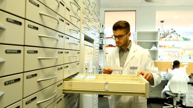 Chemiker suchen verschreibungspflichtiges Medikament in der Apotheke – Video