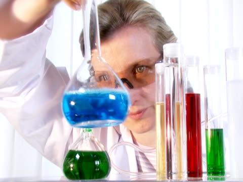 chimica laboratorio di - sangue umano video stock e b–roll