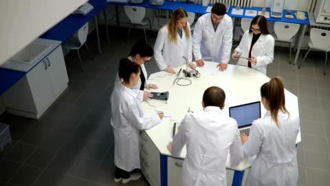 vídeos de stock e filmes b-roll de chemistry seminar - biologia