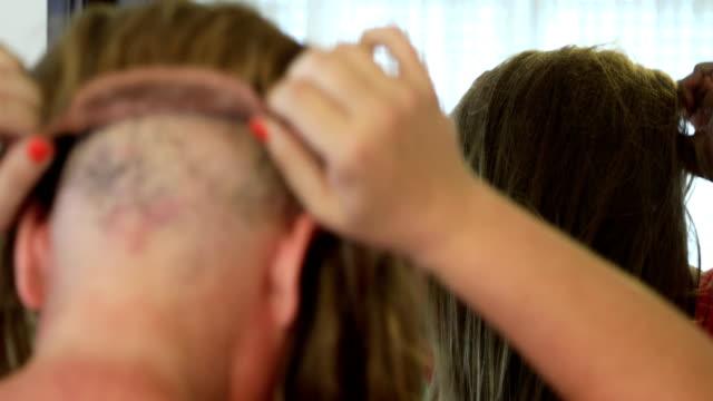kemoterapi hasta peruk giyiyor - peruk stok videoları ve detay görüntü çekimi