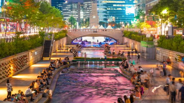 vídeos de stock e filmes b-roll de cheonggyecheon stream park with crowd people relax in seoul city, south korea. 4k time lapse - seul