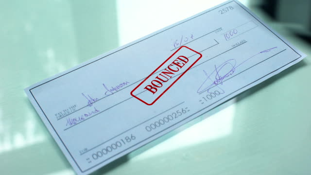 vídeos y material grabado en eventos de stock de documento del cheque devuelto, mano sellos sello en papel oficial, fondos insuficientes - recesión