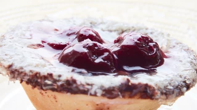 vídeos de stock, filmes e b-roll de torta da fruta da cereja - comida salgada