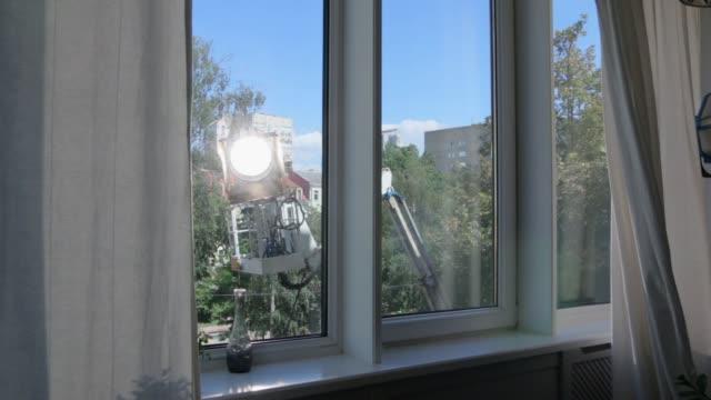 cherry picker film ljus som flyttar - skylift bildbanksvideor och videomaterial från bakom kulisserna