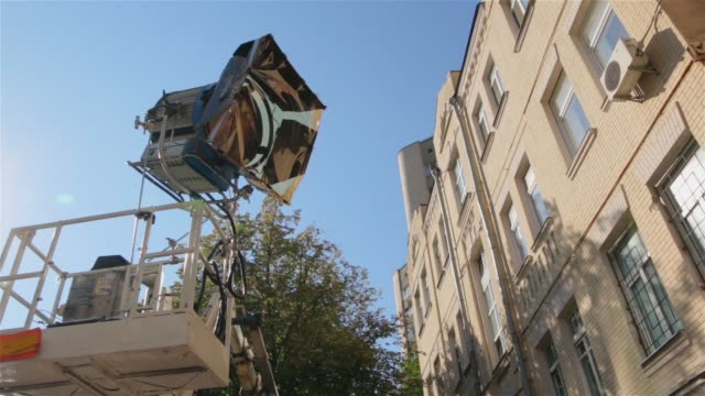 cherry picker film ljus set - skylift bildbanksvideor och videomaterial från bakom kulisserna