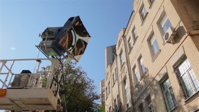 cherry picker film set ljus - skylift bildbanksvideor och videomaterial från bakom kulisserna