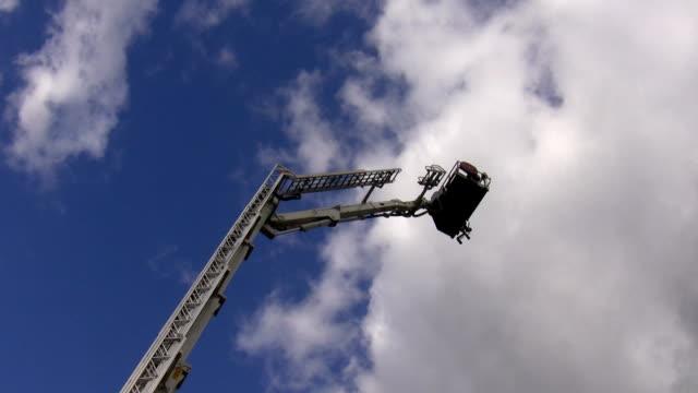 cherry picker platform going down - skylift bildbanksvideor och videomaterial från bakom kulisserna