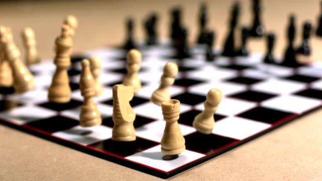 schachbrett hüpfen und vibrierende - könig schachfigur stock-videos und b-roll-filmmaterial