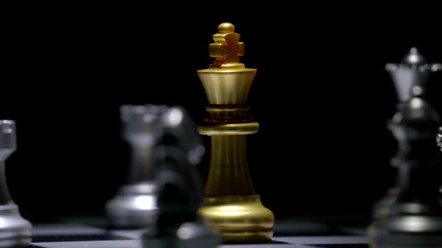 schach brettspiel konzept für wettbewerb und strategie - könig schachfigur stock-videos und b-roll-filmmaterial